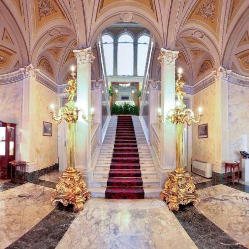 EXCLUSIVE_HOTEL_MARBLE_STAIRCASE